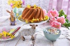 Wielkanocny świąteczny stół z tradycyjnym pierścionku tortem, tulipanami i zdjęcia royalty free