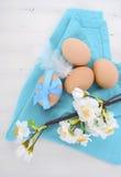 Wielkanocny Błękitny i Biały tematu stół z Świeżymi jajkami Obrazy Royalty Free