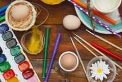 Wielkanocny Bacground Proces Malować Wielkanocnego jajko z muśnięciami, wakacji przygotowania na drewnianym stole, Mieszkanie nie Zdjęcia Royalty Free