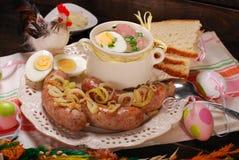 Wielkanocny biały borscht i kiełbasa na wiejskim drewnianym stole Zdjęcie Royalty Free