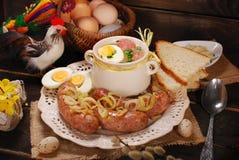 Wielkanocny biały borscht i kiełbasa na wiejskim drewnianym stole Fotografia Royalty Free