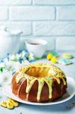 Wielkanocny Bundt tort z kolorową polewą i Wielkanocni ciastka Zdjęcia Royalty Free