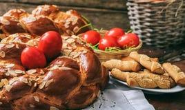 Wielkanocny chleb i jajka na stole obraz royalty free