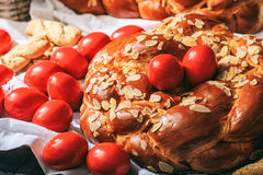 Wielkanocny chleb i jajka na stole obrazy royalty free