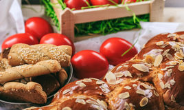 Wielkanocny chleb i jajka na stole obrazy stock