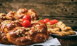 Wielkanocny chleb i jajka na stole - odbitkowa przestrzeń zdjęcia stock