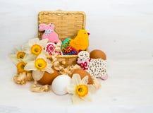 Wielkanocny ciastko w koszu kwiatu narcyz i kurczaka jajko Zdjęcia Royalty Free