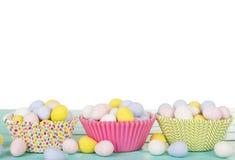 Wielkanocny cukierek w filiżanka torta opakowaniach Zdjęcia Stock