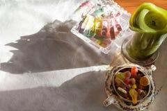 Wielkanocny cukierku wciąż życie na bieliźnianym stołowym płótnie obraz royalty free
