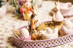 Wielkanocny dekoracyjny skład na rocznika tle Wiosna Flowerpot z muscari kwitnie, porcelany króliki, jajka w zdjęcia stock