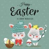 Wielkanocny dziecko królik w wianku dandelions trzyma dużego dekorującego jajko i wierzba rozgałęziamy się, odizolowywaliśmy, whi Zdjęcie Royalty Free