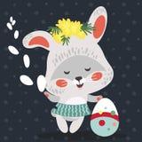 Wielkanocny dziecko królik w wianku dandelions trzyma dużego dekorującego jajko i wierzba rozgałęziamy się, odizolowywaliśmy, whi Zdjęcia Stock