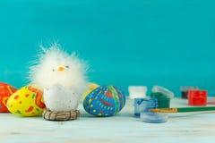 Wielkanocny dziecko kurczak obok jajek na błękitnym drewnianym tle zdjęcia stock