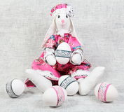 Wielkanocnego królika Żeński mienie Dekorujący jajko Obraz Stock