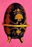 Wielkanocny jajeczny pudełko na jaskrawym różowym świątecznym tle zdjęcie stock