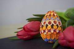 Wielkanocny jajko i czerwoni tulipany obrazy royalty free