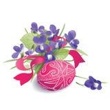 Wielkanocny jajko i wiązka fiołki Zdjęcie Royalty Free