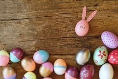 Wielkanocny jajko malujący w królik twarz z długim i składa ucho, Wielkanocny wakacyjny pojęcie, galanteryjni jajka zdjęcia royalty free