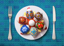 Wielkanocny jajko na bielu talerzu zdjęcia royalty free