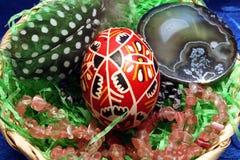 Wielkanocny jajko, piórko, agat i różana kwarc, Zdjęcia Royalty Free