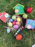 Wielkanocny jajko przy zielonym ogródem fotografia royalty free