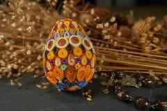 Wielkanocny jajko, różaniec i suszący kwiatu bukiet, zdjęcie stock