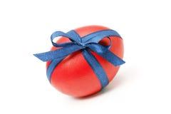 Wielkanocny jajko wiązał w łęku na bielu Zdjęcie Stock