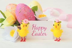 Wielkanocny jajko, wiosna kwiaty i kurczaki na, białym tle i wpisowej szczęśliwej wielkanocy świąteczny karciany Easter zdjęcia royalty free