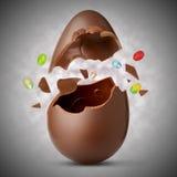 Wielkanocny jajko wybuchał na palmie twój ręka Zdjęcia Stock