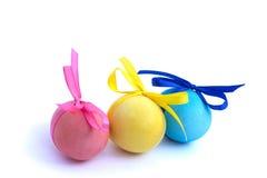 Wielkanocny jajko z barwionymi faborkami na białym tle Zdjęcia Stock