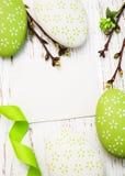 Wielkanocny kartka z pozdrowieniami z Easter jajkami Zdjęcia Royalty Free