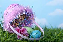 Wielkanocny kosz i jajka rozlewający obrazy stock