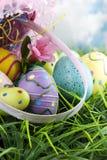 Wielkanocny kosz i jajka rozlewający fotografia royalty free