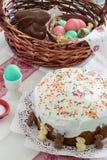 Wielkanocny kosz z barwionymi jajkami, czekoladowy królik, wielkanoc tort - kulich na lekkim tle Selekcyjna ostrość zdjęcie stock