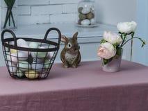 Wielkanocny kosz z barwionymi jajkami, królik i kwiaty zdjęcie royalty free