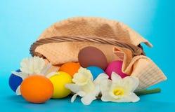 Wielkanocny kosz z jajkami i kwiatami obraz royalty free