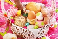 Wielkanocny kosz z tradycyjnym jedzeniem i dekoracjami fotografia royalty free