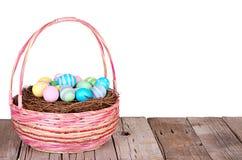 Wielkanocny kosz z Wielkanocnymi jajkami Fotografia Stock