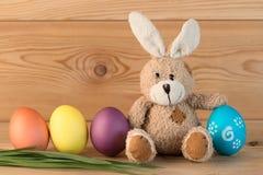 Wielkanocny królik i barwioni jajka z rzędu Obrazy Royalty Free
