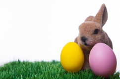 Wielkanocny królik i dwa Wielkanocnego jajka w trawie Obrazy Stock