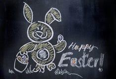 Wielkanocny królik ono uśmiecha się na chalkboard fotografia royalty free