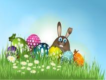 Wielkanocny królik w trawie z jajkami Obraz Royalty Free