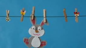 Wielkanocny królik wiesza na clothesline na błękitnym tle zbiory