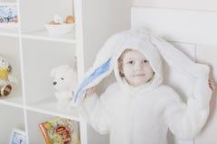 Wielkanocny królik z ogromnymi ucho w rękach Fotografia Stock