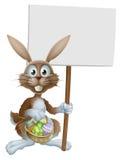 Wielkanocny królik z znakiem i jajka koszykowi Obrazy Royalty Free