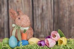 Wielkanocny królik z jajkami i tulipanami Zdjęcia Royalty Free