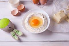 Wielkanocny kucharstwa wciąż życie z elementami kulinarny wielkanoc tort, jajka i Fotografia Royalty Free