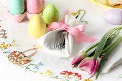 Wielkanocny miejsca położenie na eleganckim bieliźnianym stołowym płótnie Ten tradycyjny wakacyjny śniadanio-lunch miejsca położe zdjęcia stock