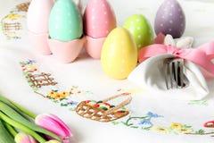 Wielkanocny miejsca położenie na eleganckim bieliźnianym stołowym płótnie Ten tradycyjny wakacyjny śniadanio-lunch miejsca położe obrazy stock