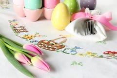 Wielkanocny miejsca położenie na eleganckim bieliźnianym stołowym płótnie Ten tradycyjny wakacyjny śniadanio-lunch miejsca położe zdjęcie royalty free